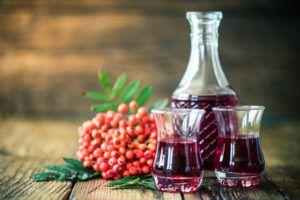 Цвет рябинового вина будет зависеть от сорта ягод