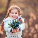 Девочка с пролеской в руках