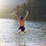 Мальчик прыгает в воду