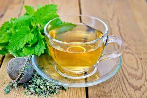 Травяной чай, приготовленный из мелиссы лекарственной, утолит не только жажду. но и принесёт пользу всему организму